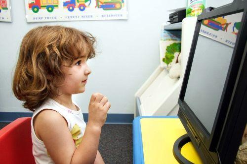 Copiii care se uita prea mult timp la TV sunt predispusi sa dezvolte boli osoase la maturitate