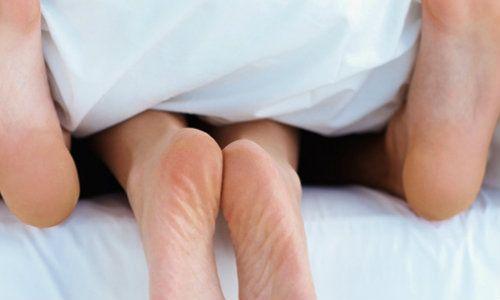 Factorii genetici au influenta asupra varstei primelor raporturi sexuale (studiu)