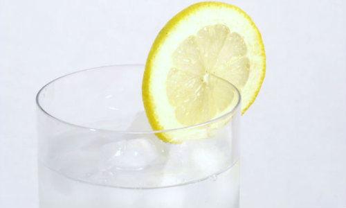 Apa rece cu lamaie