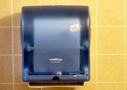 Care este cea mai igienica metoda de a ne usca mainile, prosopul de hartie sau uscatorul cu aer cald?